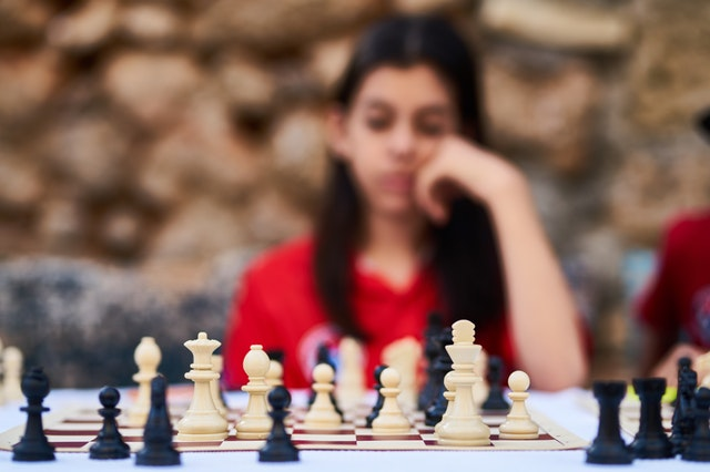 woman-playing-chess-2283803